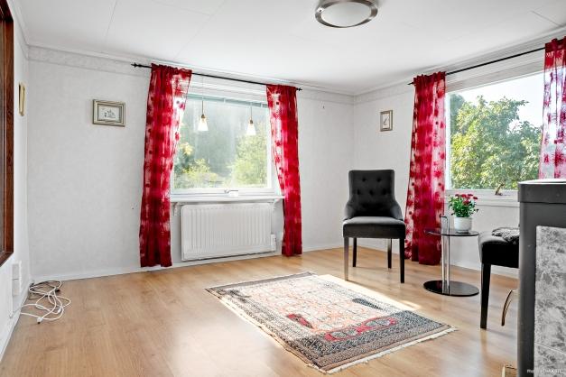 Vardagsrum med fönster åt två håll...