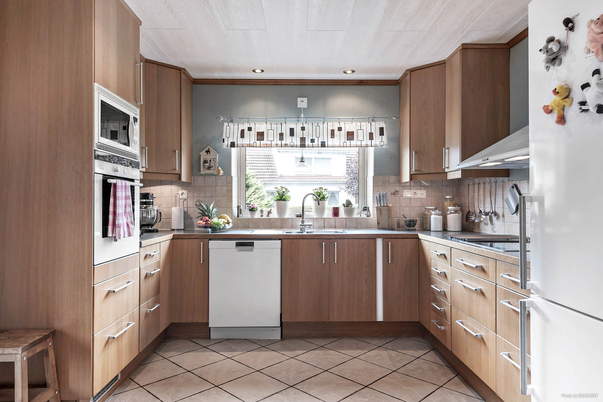 Köket är renoverat med IKEA-stommar och luckor. Arbetsvänligt med bra arbetsytor och trevligt med fönster vid vasken.