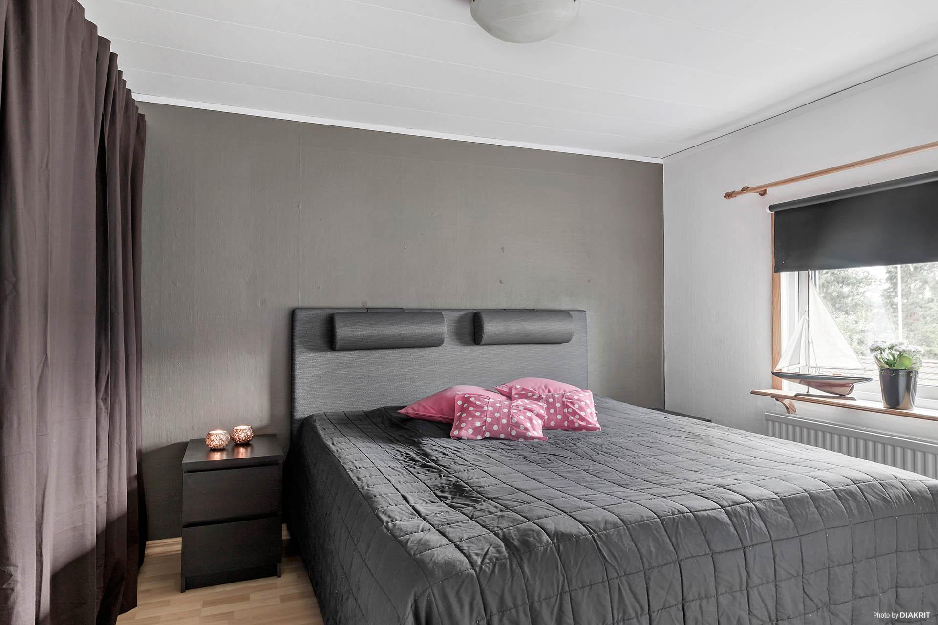 Ett av sovrummen på ovanvåningen. Gott om plats och rymlig garderob.