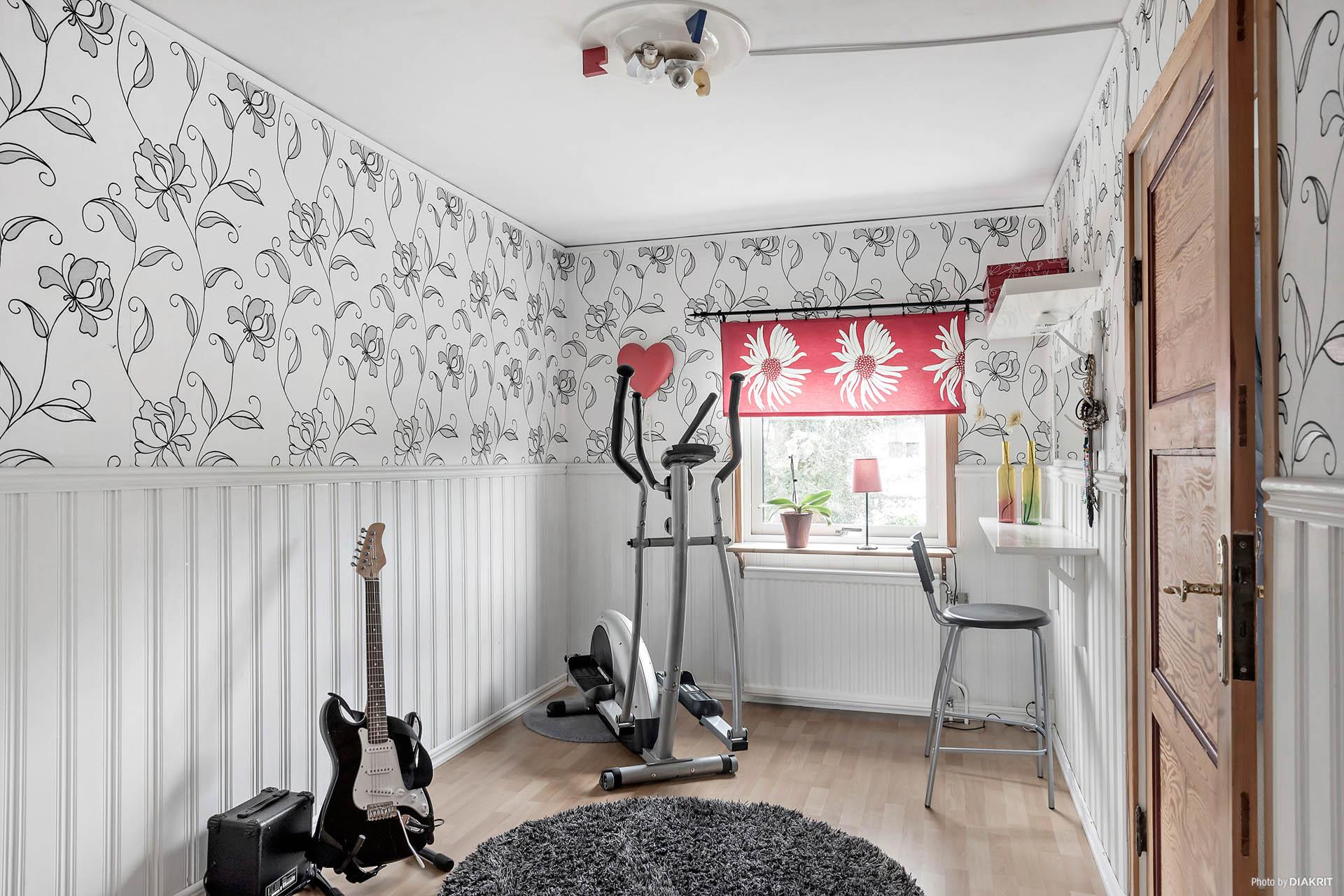 Ett av rummen på ovanvåningen är ett genomgångsrum men kan användas som sovrum, arbetsrum eller liknande.