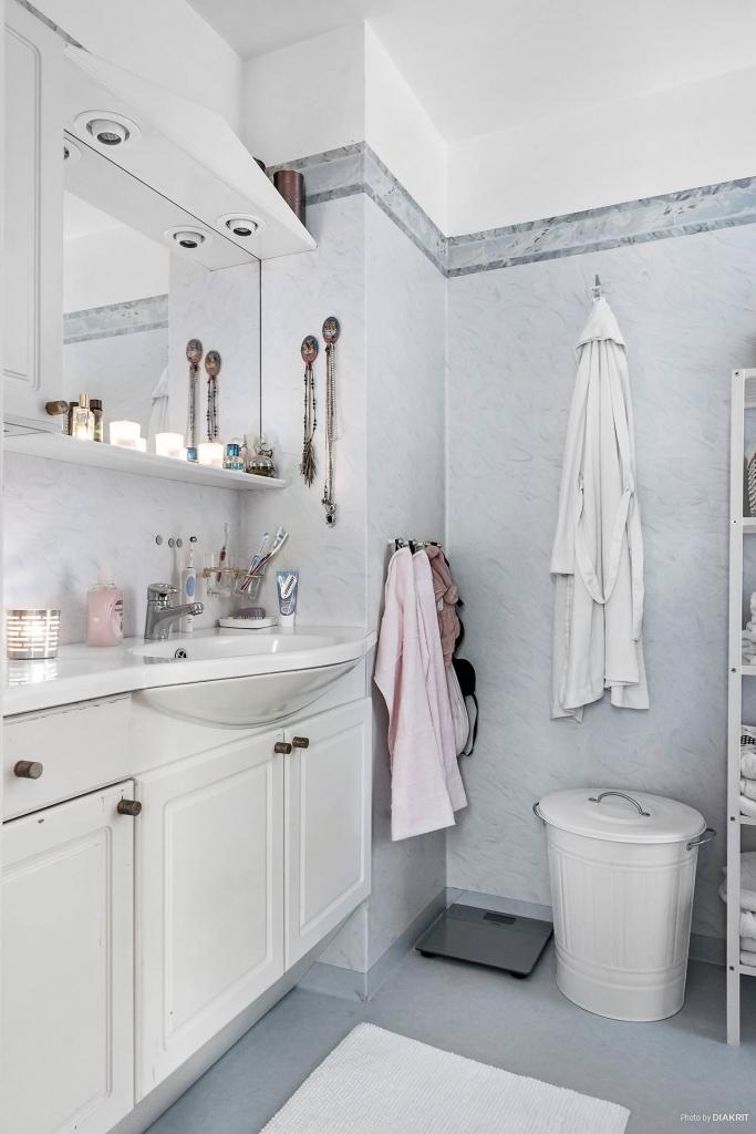 Badrum med dusch. Gott om förvaring i kommod och skåp vid handfatet. Övrig utrustning: toalettstol och handdukstork.