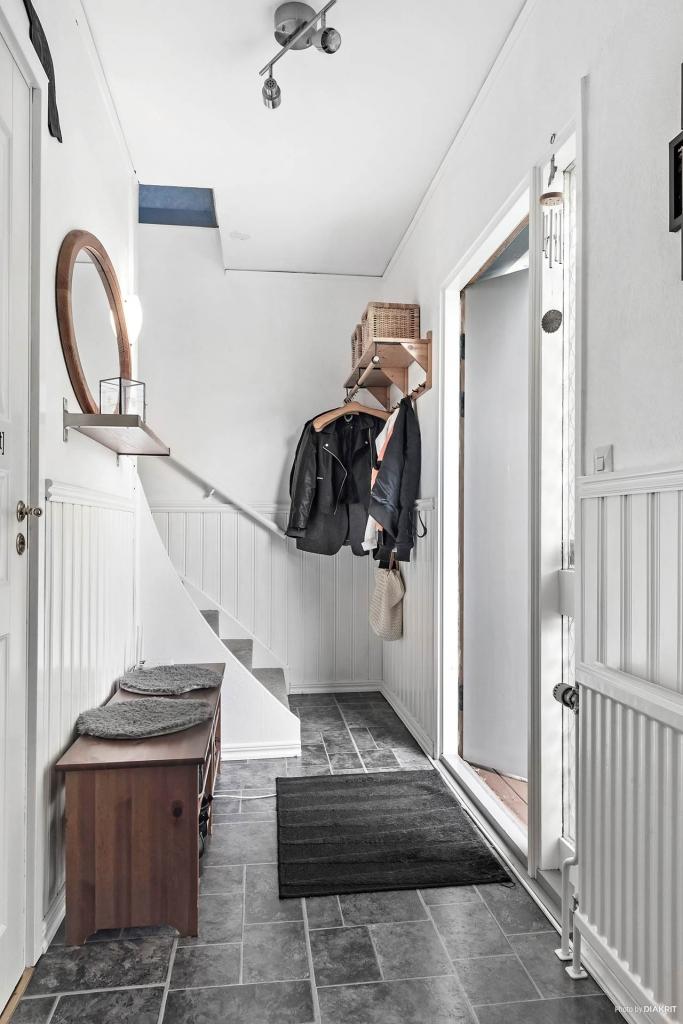 Ovanvåningen nås från hallen. Badrummet till vänster i bild.