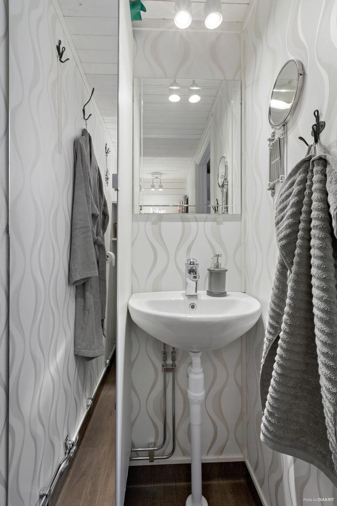 Toalett med tvättställ i anslutning till sovrum