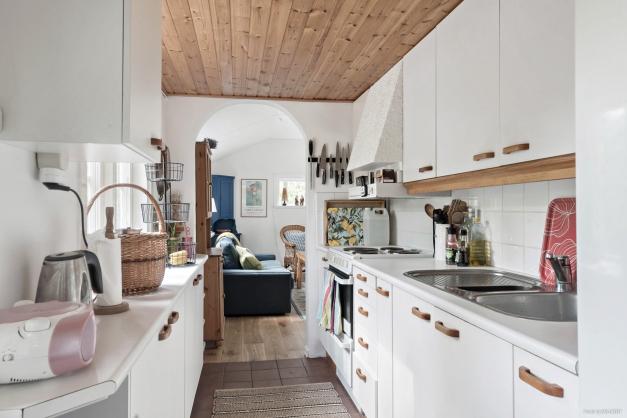 Fullutrustat kök med gott om förvaring och arbetsytor.