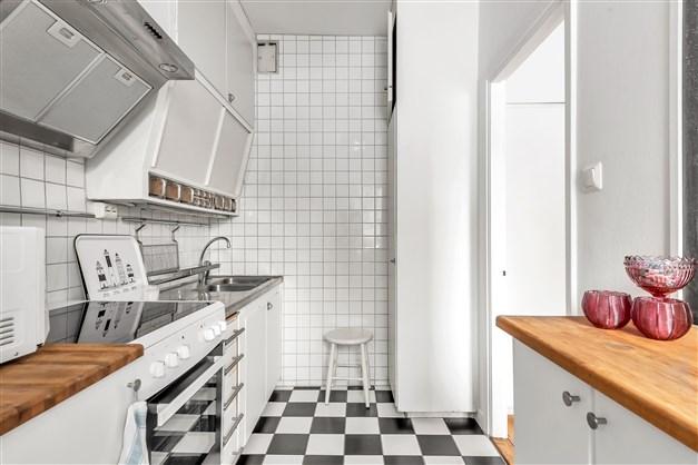 Kök i 40-talsstil och klinkergolv i svart och vitt