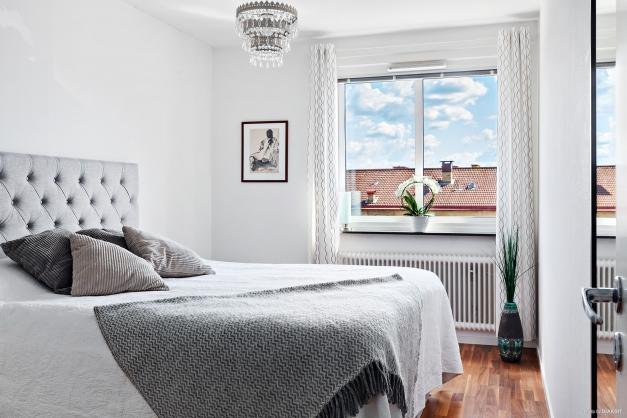 Fint sovrum med gott om plats för dubbelsäng samt med garderober.