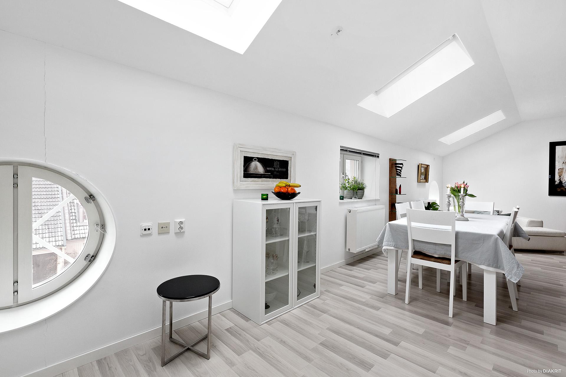 Matplats i kök - vackra detaljer med runt fönster och takfönster