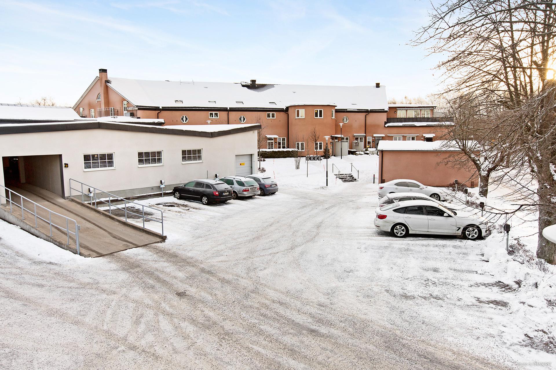 Bostadshus, garage och parkeringsplatser