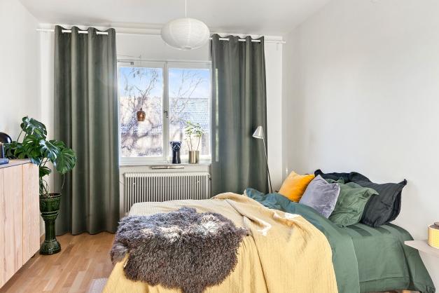 Stort sovrum med plats för dubbelsäng och sovrumsmöbler