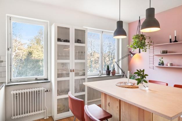 Två fönster i kök - mot den lugna och gröna baksidan