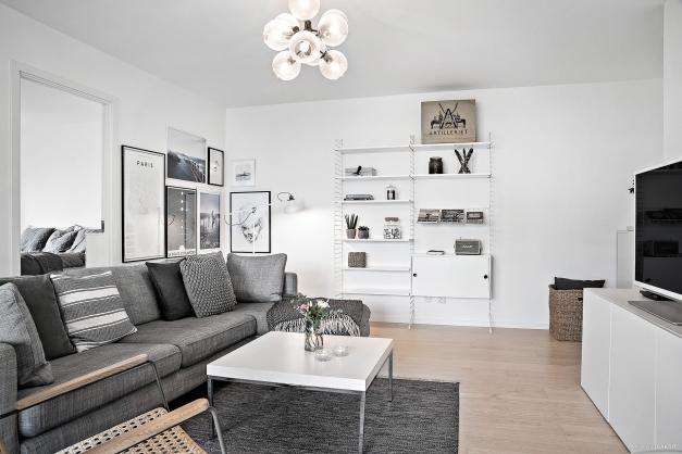 Det rymliga vardagsrummet ger en social atmosfär.