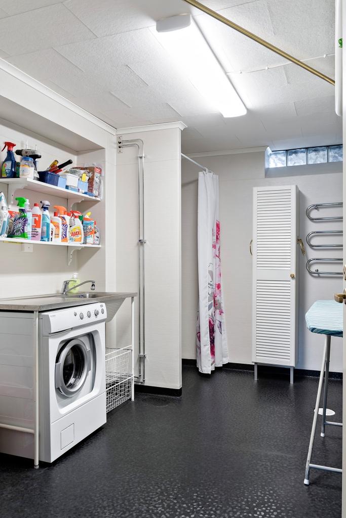 Tvättstuga med duschplats, suterrängplan