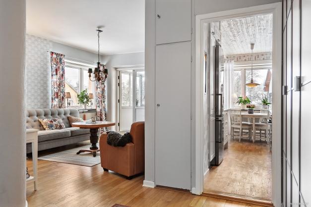 Inre hall med vy in mot vardagsrummet och köket.
