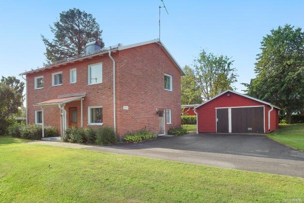 Rymlig 2 plansvilla med fristående garage