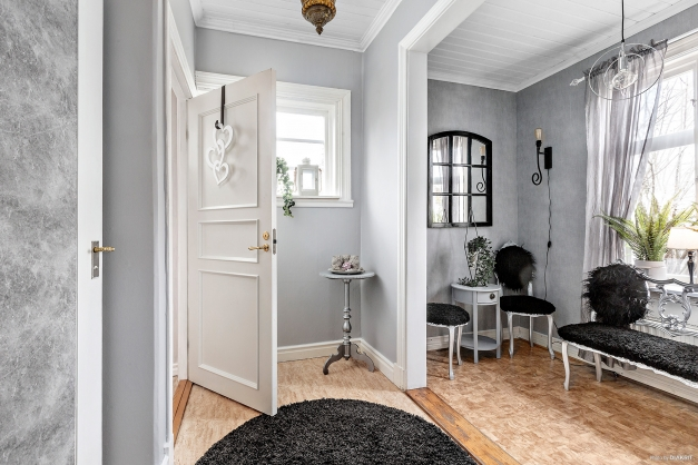 Möblerbar hall med uppgång till ovanplan