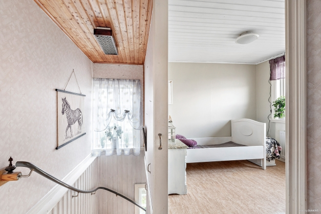 Ovanplan med mindre hall och ingång till sovrum 2