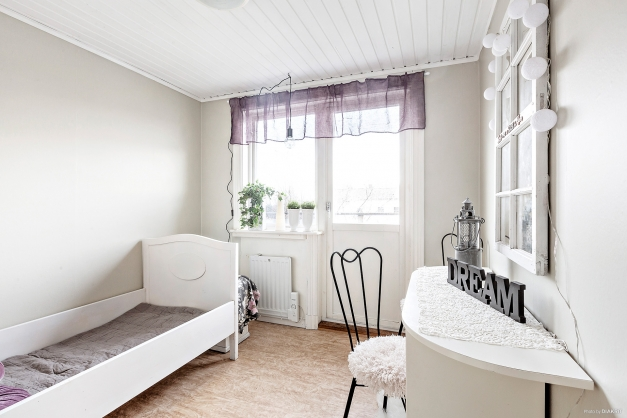 Sovrum i ovanplan med utgång till balkong