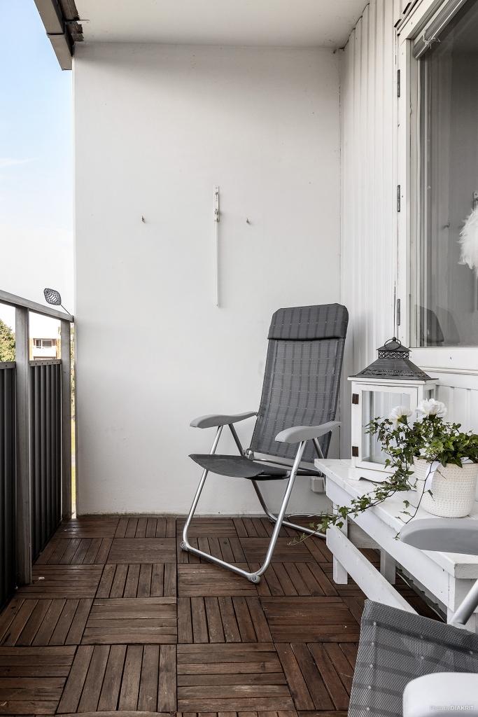 Trevlig balkong med trall på golv