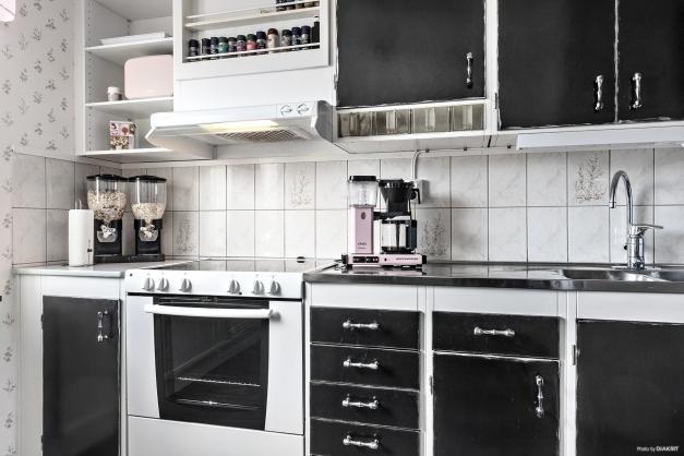Arbetsvänligt kök med fint ljusinsläpp