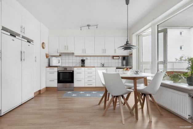 Rymligt kök med gott om plats för matbord
