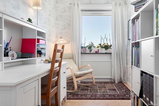 Sovrum eller arbetsrum, med en liten klädkammare