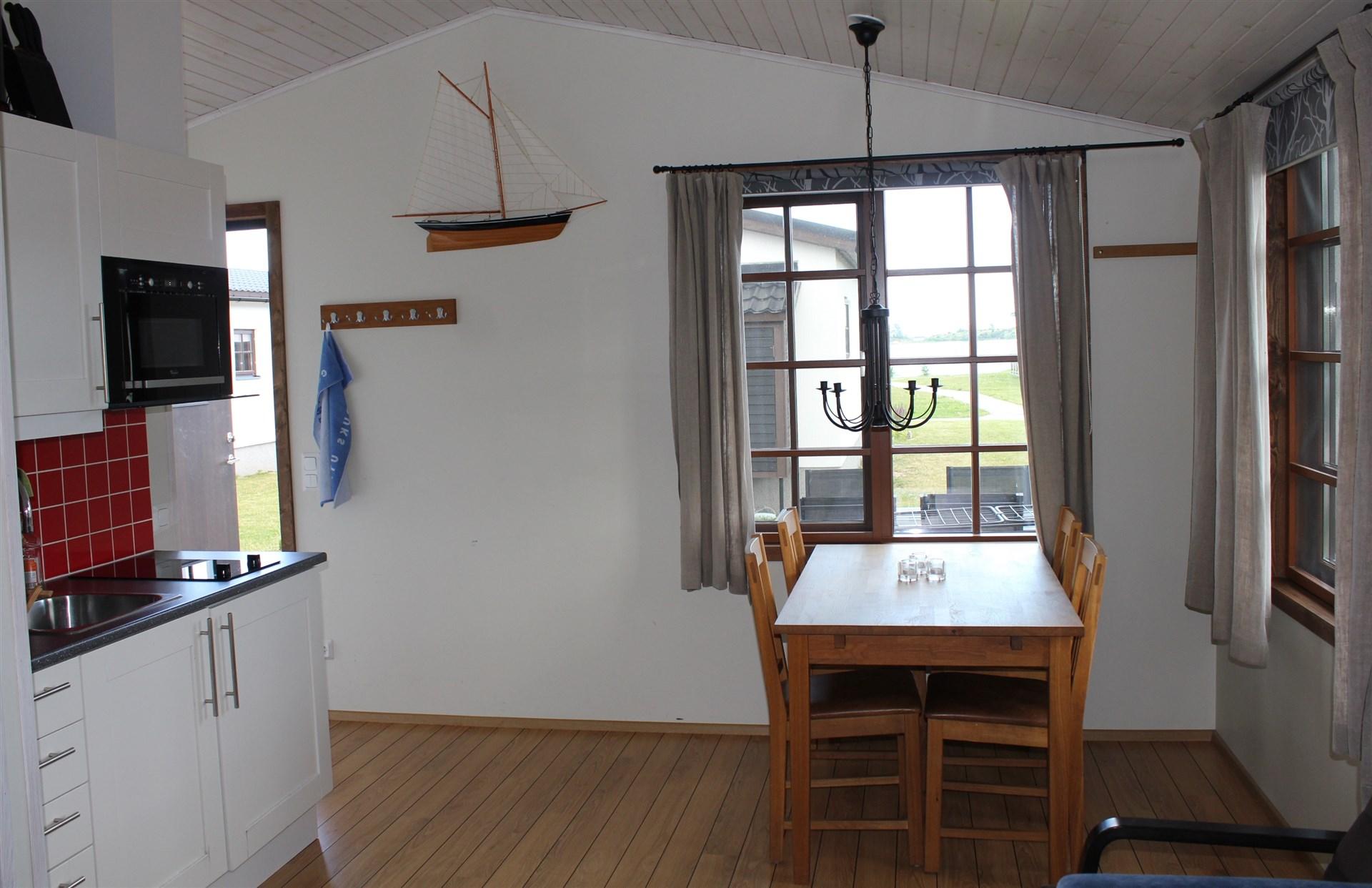 Storstuga med kök och matplats samt vy från fönster