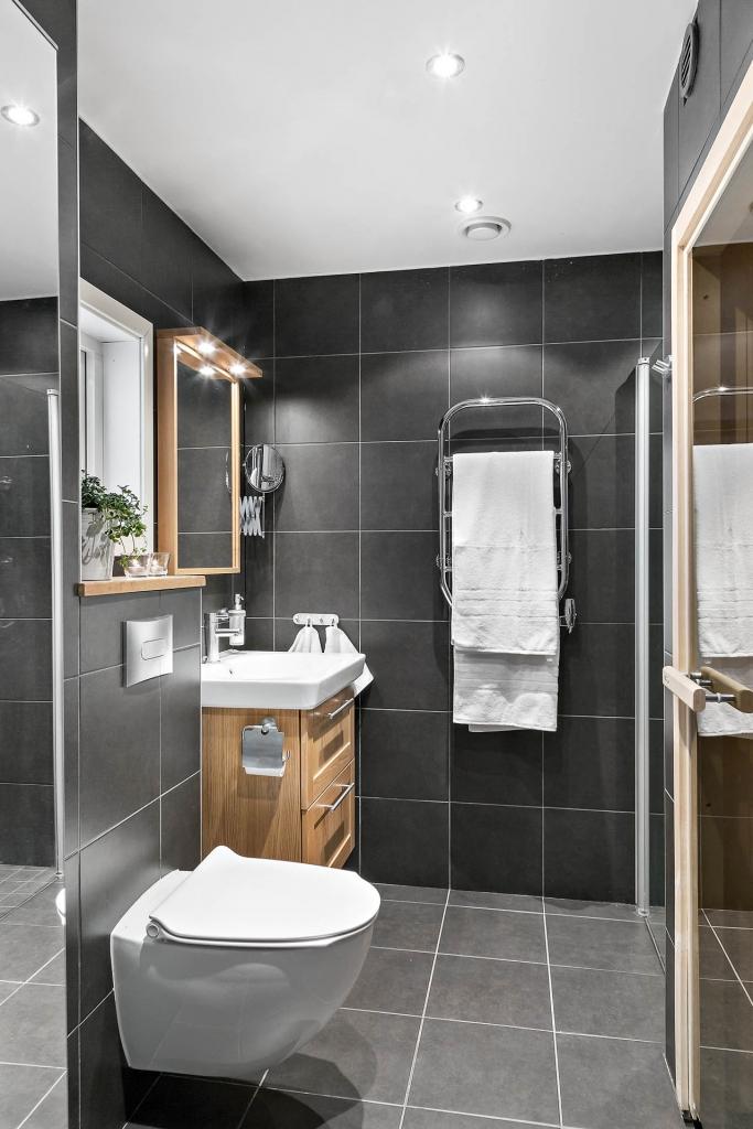 Helkaklat badrum med allt som kan behövas