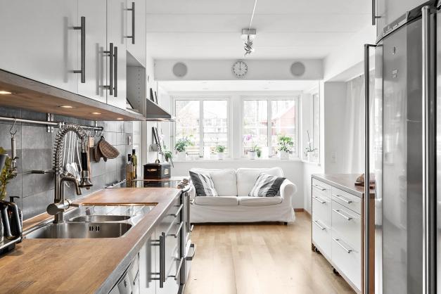 Modernt kök med bra arbetsytor och smart förvaring