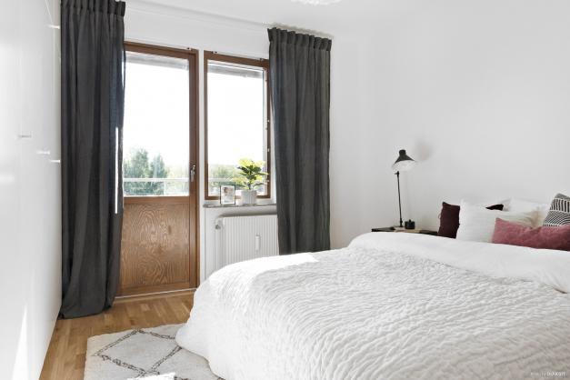 Sovrummet har bra förvaring och även här finns utgång till balkongen