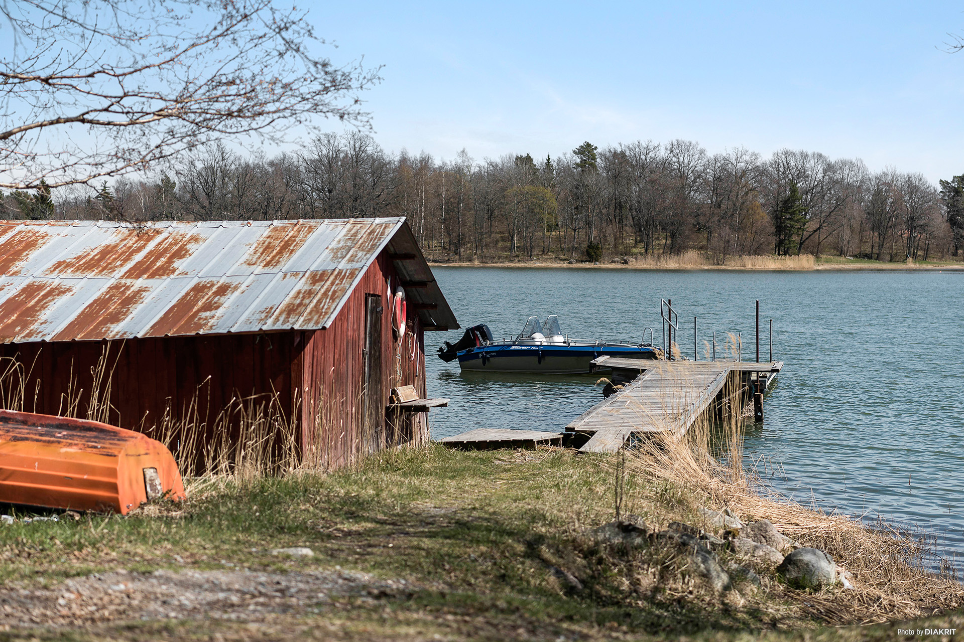 Gammalt båthus precis vid vattnet