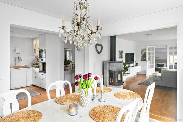 I öppen planlösning med kök och vardagsrum