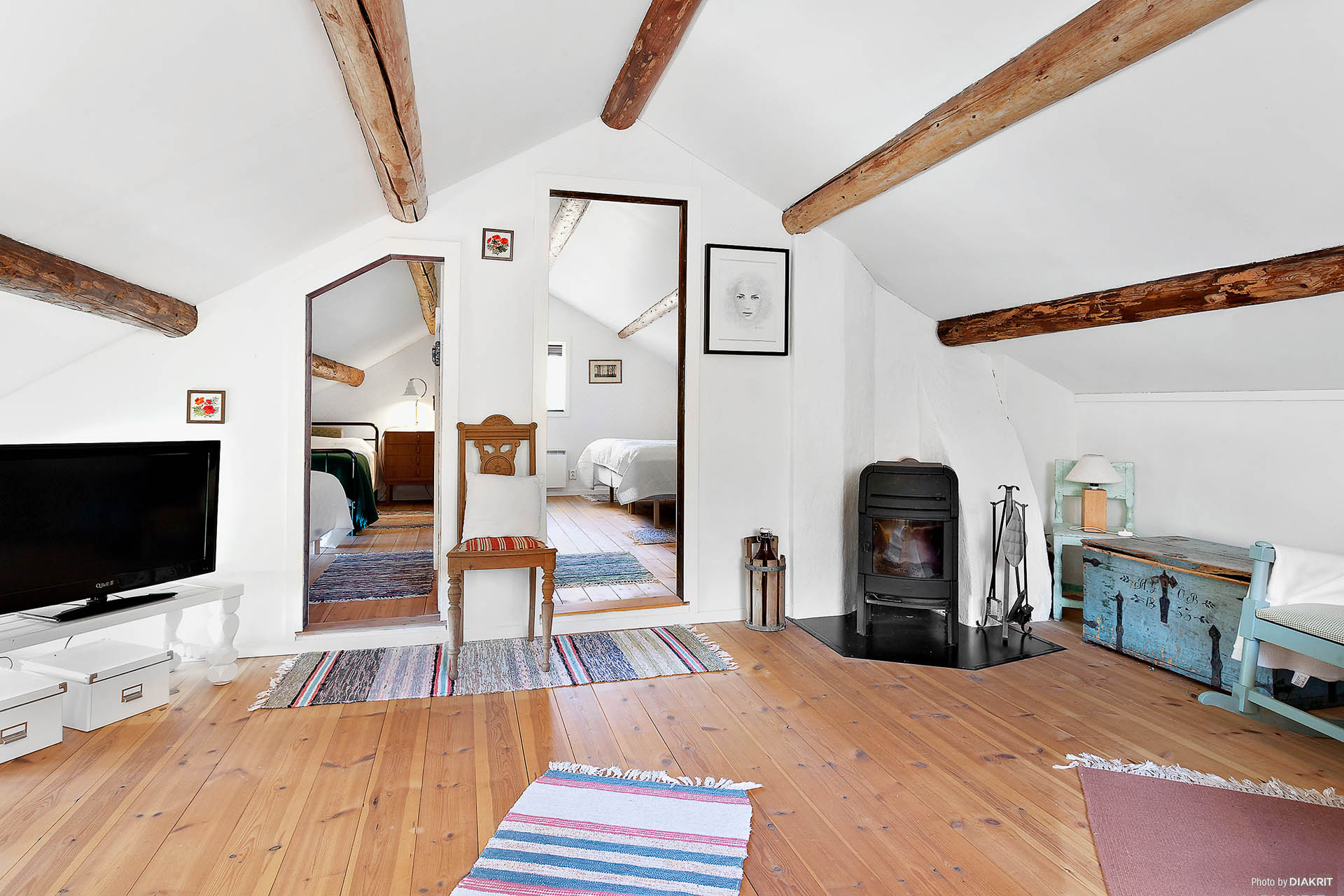 Vackert golv och tak, samt en värmande braskamin.