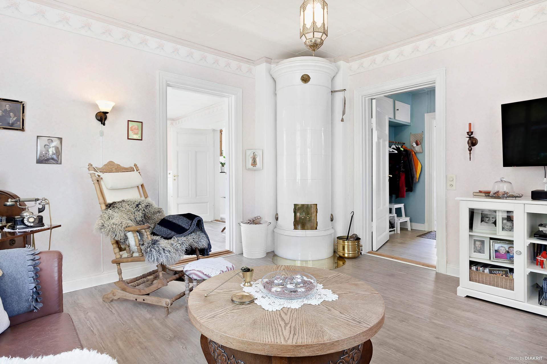 Vardagsrum innanför matrum och inre hall.