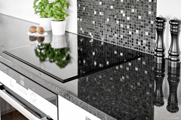 Kök med bänkskiva i granit