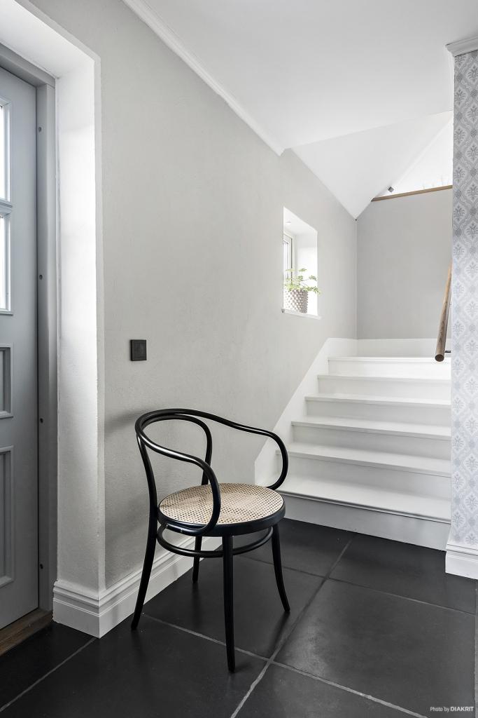 Vi tar trappan upp till ovanvåningen i huset