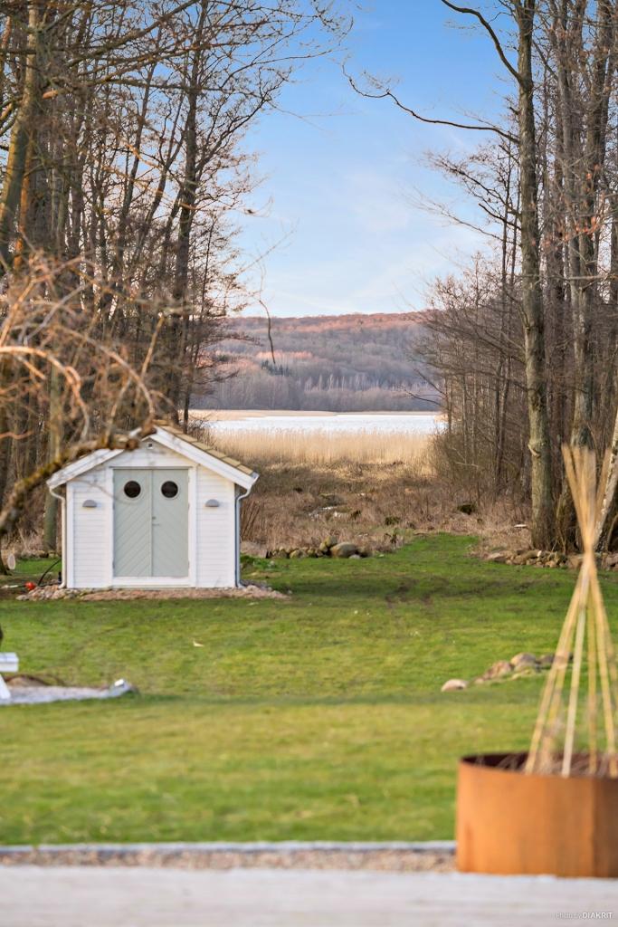 Blicken mot sjön. Här finns en vinterbonad gäststuga (med vattenburen golvvärme)