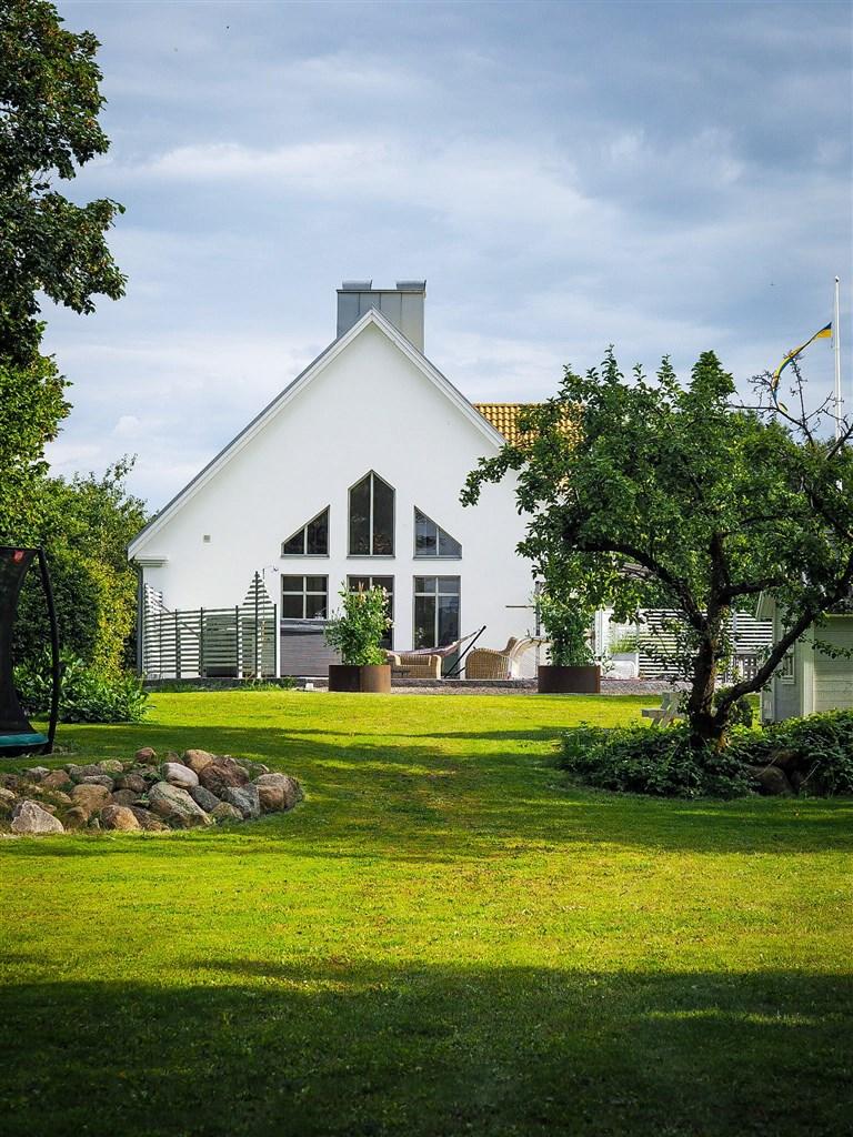 Huset sett om sommaren (säljarens egen bild)