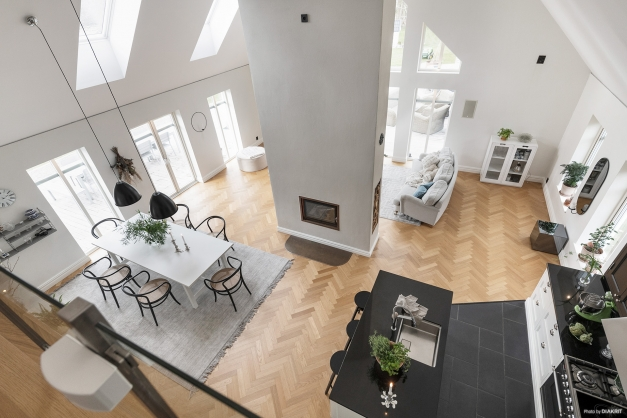 Kök och matrum sett från övre hall och allrum