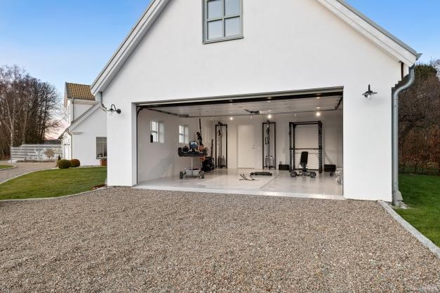 Gym, eller om man hellre vill använda det som garage, förråd samt inredd lägenhet på OV med allrum, badrum och pentry