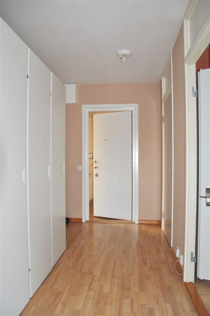 Entré till rymlig hall med gott om garderober och plats för avhängning kläder