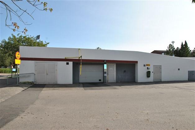 Gemensamt garage med p-platser ovanpå (separat kö), i direkt närhet till lägenheten!