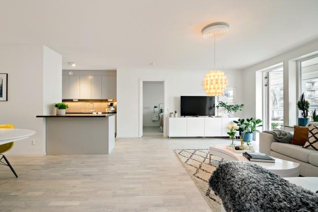 Öppen yta mellan vardagsrum och kök