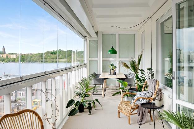 Inglasad balkong om 24 kvm med viss Mälarutsikt