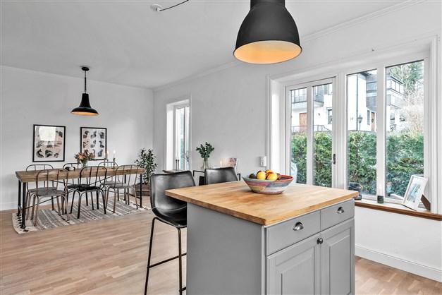 Härligt kök med goda arbetsytor och matrum som ligger öppet mot kök med plats för många