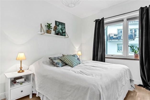 Större sovrum med hel garderobsvägg