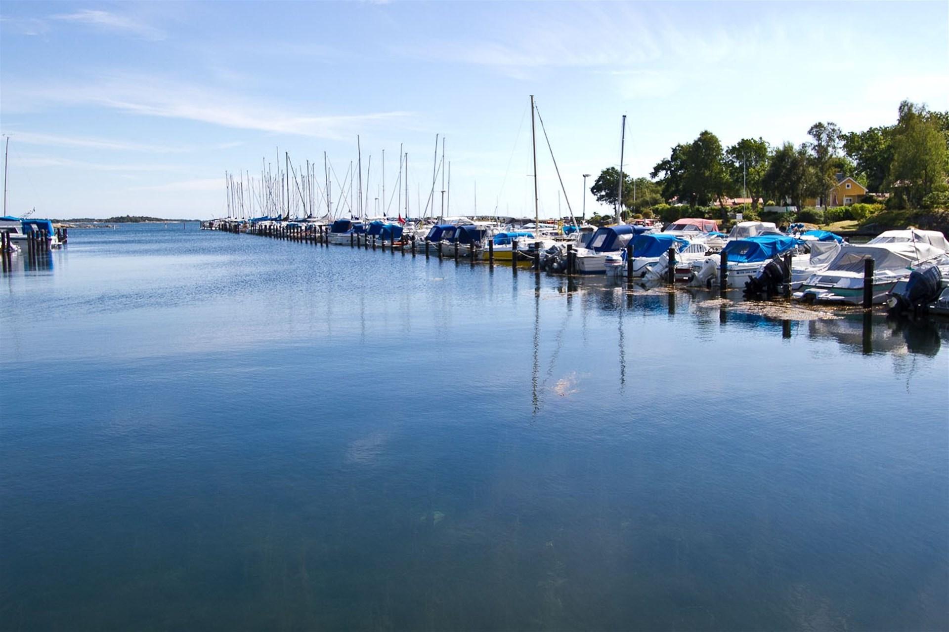 Kort promenad till småbåtshamn!