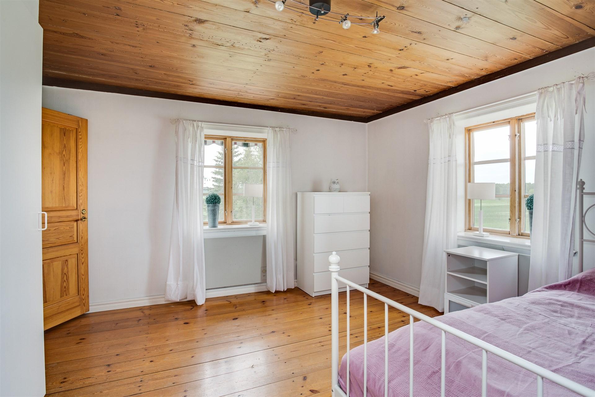 Sovrum 1 med 3 garderober.