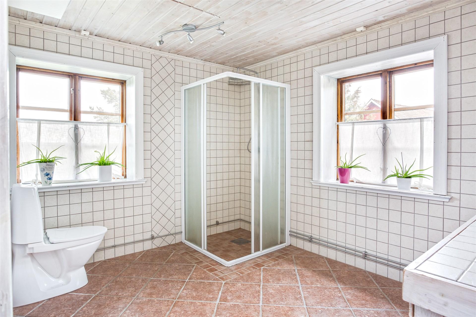 Duschkabin i badrummet. Här finns också luckan till vinden.