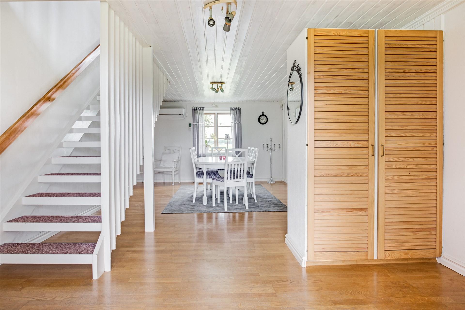 I hallen finns 2 garderober som skiljer av hall/matrum och trappa upp till övervåningen.