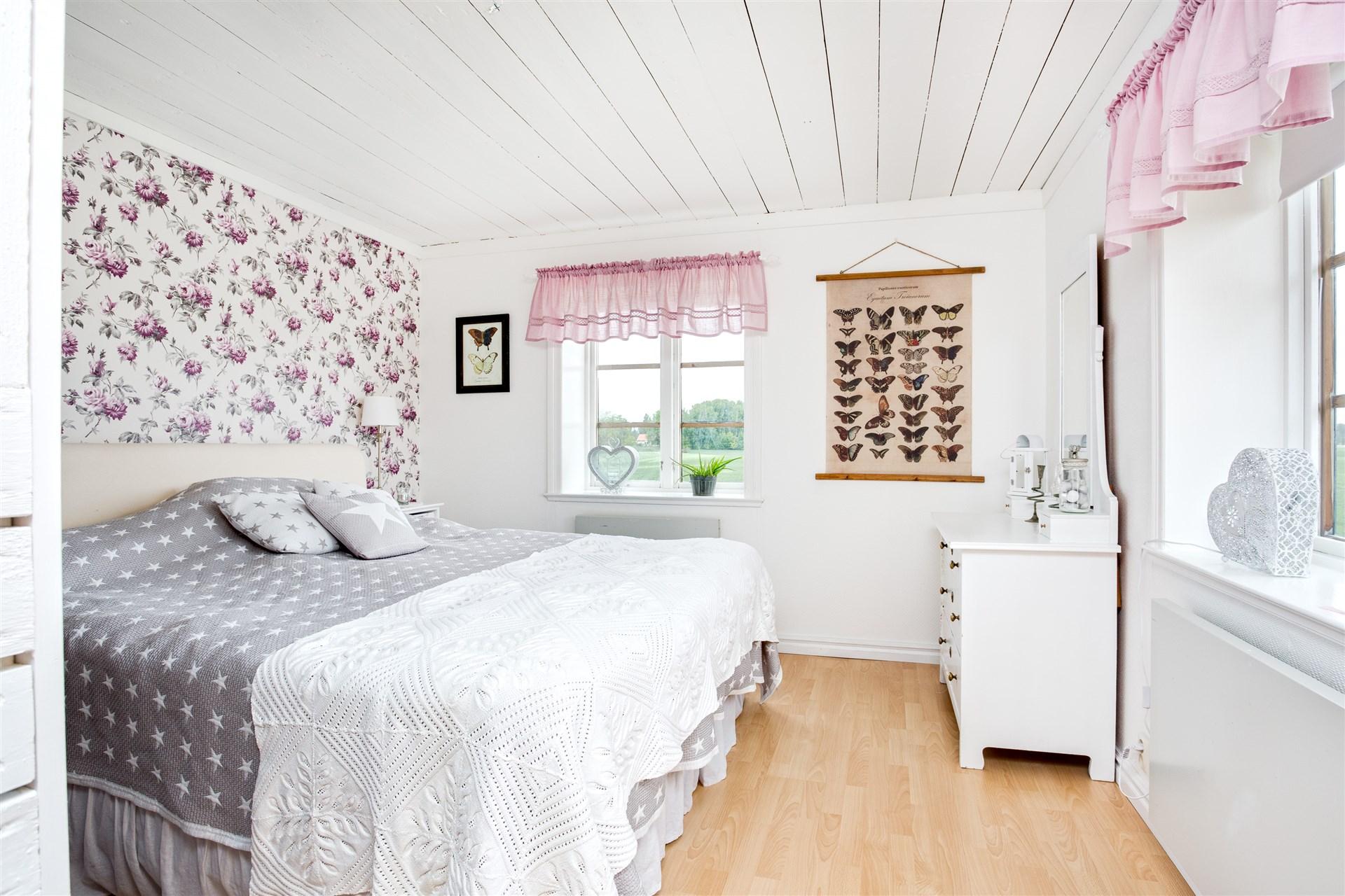 Sovrum 3 med stort klädvårdsutrymme.